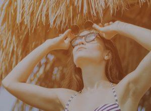 Chica tomando el sol con gafas