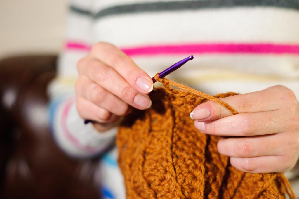 knitting, arte de tejer y sus beneficios