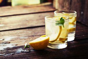 Agua templada de limón