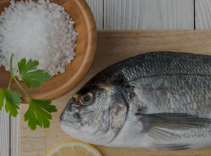 Tabla de cortar con pescado fresco
