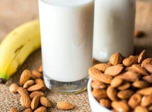 Frutos secos con vaso de leche y banana